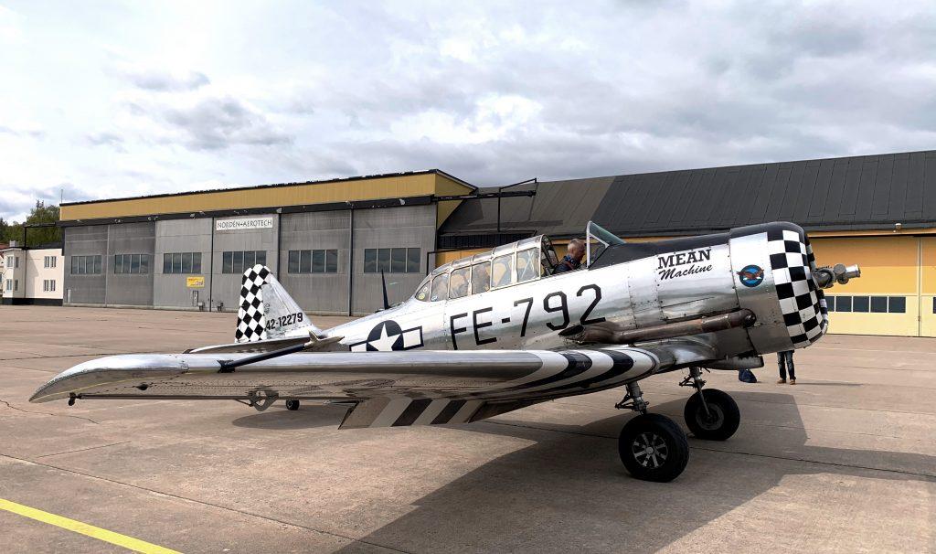 Hässlö Flygförening veteranskolan erbjuder bland annat möjlighet att flyga en SK16 - Harvard
